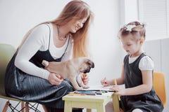Η κόρη μητέρων και παιδιών σύρει συμμετέχει στη δημιουργικότητα στον παιδικό σταθμό μικρός μαλαγμένος πηλός με τους στοκ εικόνες με δικαίωμα ελεύθερης χρήσης
