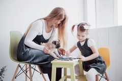 Η κόρη μητέρων και παιδιών σύρει συμμετέχει στη δημιουργικότητα στον παιδικό σταθμό μικρός μαλαγμένος πηλός με τους στοκ εικόνες