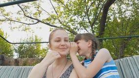 Η κόρη μοιράζεται ένα μυστικό με τη μητέρα της, οικογενειακές σχέσεις των γονέων και των παιδιών φιλμ μικρού μήκους
