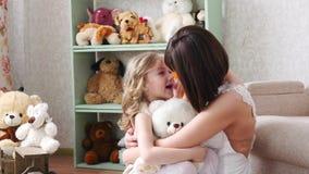 Η κόρη ορμά στα όπλα μητέρων ` s στο σπίτι και της δίνει ένα μεγάλο αγκάλιασμα απόθεμα βίντεο