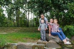 Η κόρη παρουσιάζει στην οικογένειά της κάτι που ενδιαφέρει στη αριστερή πλευρά Στοκ φωτογραφίες με δικαίωμα ελεύθερης χρήσης