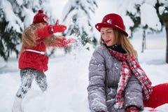 Η κόρη προκαλεί το παιχνίδι μητέρων Στοκ φωτογραφίες με δικαίωμα ελεύθερης χρήσης