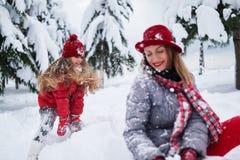 Η κόρη προκαλεί το παιχνίδι μητέρων Στοκ εικόνα με δικαίωμα ελεύθερης χρήσης