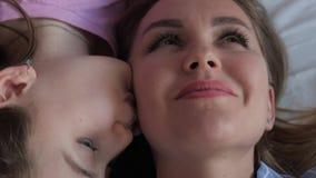 Η κόρη φιλά mom απόθεμα βίντεο