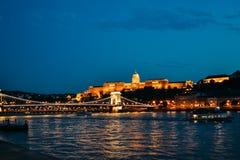 Η κύρια γέφυρα της Βουδαπέστης το βράδυ Στοκ Εικόνες