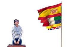 η κύρια γλώσσα σημαιοστολίζει κοντά στη νέα γυναίκα με τα γυαλιά βαλιτσών και ήλιων Στοκ Φωτογραφίες