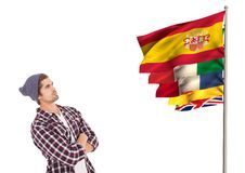 η κύρια γλώσσα σημαιοστολίζει κοντά στο νεαρό άνδρα με το καπέλο Στοκ εικόνες με δικαίωμα ελεύθερης χρήσης