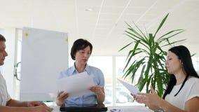 Η κύρια εκμετάλλευση γυναικών συναντιέται με τους νέους συνεργάτες στο γραφείο στο σύγχρονο γραφείο απόθεμα βίντεο