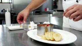 Η κύριος-κουζίνα προετοιμάζει τα τρόφιμα στην επαγγελματική κουζίνα στο εστιατόριο, χαβιάρι με τα ψημένα στη σχάρα λαχανικά με cr φιλμ μικρού μήκους