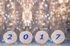 Η κλήθρα τέσσερα είδε τις περικοπές και την μπλε ημερομηνία το 2017 στο θρυμμάτισμα Χριστουγέννων στοκ φωτογραφία με δικαίωμα ελεύθερης χρήσης