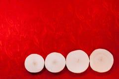 Η κλήθρα τέσσερα είδε τις περικοπές στην όμορφη κόκκινη περίκομψη εθνική πλάτη υφάσματος στοκ εικόνες
