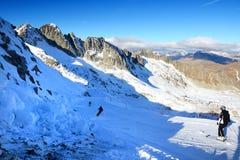 Η κλίση και οι σκιέρ σκι στην περιοχή σκι παγετώνων Presena Στοκ εικόνες με δικαίωμα ελεύθερης χρήσης