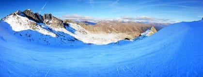 Η κλίση και οι σκιέρ σκι στην περιοχή σκι παγετώνων Presena Στοκ φωτογραφία με δικαίωμα ελεύθερης χρήσης