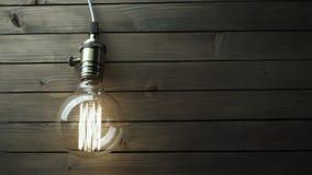 Η λάμπα φωτός φωτίζει στο ξύλινο υπόβαθρο φιλμ μικρού μήκους