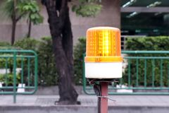 Η λάμψη των φω'των αναγνωριστικών σημάτων για το δρόμο λειτουργεί την ασφάλεια, που προειδοποιεί τα φω'τα για την κατασκευή, φως  στοκ φωτογραφίες