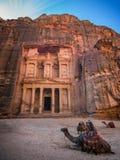Η λάρνακα στη Petra που βλέπει από το φαράγγι Στοκ Εικόνες