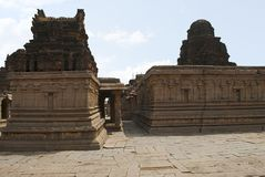 Η λάρνακα του Αμμάν στο αριστερό και κύριο ιερό στη δεξιά πλευρά, ναός Krishna, Hampi, Karnataka Ιερό κέντρο Άποψη από εμείς στοκ φωτογραφία