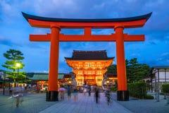 Η λάρνακα Inari Fushimi στο λυκόφως στο Κιότο στοκ εικόνες