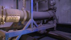 Η λάσπη παραμένει φυσικά υλικά για την παραγωγή βιοαερίων Φορητός πυροβολισμός απόθεμα βίντεο