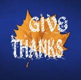 Η λέξη δίνει τις ευχαριστίες που γράφονται στο καφετί φύλλο Στοκ φωτογραφία με δικαίωμα ελεύθερης χρήσης