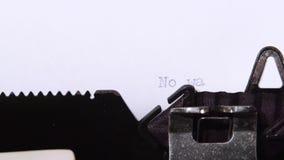 Η λέξη δεν είναι κανένας πόλεμος, που τυπώνεται σε ένα κομμάτι χαρτί κλείστε επάνω φιλμ μικρού μήκους