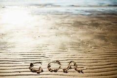 Η λέξη Goa γράφεται στην άμμο θαλασσίως Ίχνος στην παραλία Εκροή της θάλασσας Στοκ εικόνες με δικαίωμα ελεύθερης χρήσης
