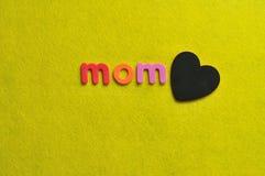 Η λέξη mom με μια μαύρη καρδιά Στοκ εικόνα με δικαίωμα ελεύθερης χρήσης
