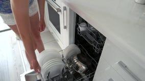 Η λήψη γυναικών καλύπτει έξω από το πλυντήριο πιάτων απόθεμα βίντεο