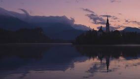Η λίμνη αιμορράγησε, Σλοβενία με την εκκλησία του ST Marys της υπόθεσης στο μικρό βίντεο νησιών φιλμ μικρού μήκους