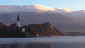 Η λίμνη αιμορράγησε, Σλοβενία με την εκκλησία του ST Marys της υπόθεσης στο μικρό βίντεο νησιών απόθεμα βίντεο