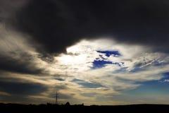 Η λίμνη εξισώνει σχεδόν το σύννεφο, εδώ αυτό θα βρέξει μπορέστε να δείτε το ηλεκτροφόρο καλώδιο στην απόσταση στοκ φωτογραφίες με δικαίωμα ελεύθερης χρήσης