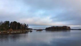 Η λίμνη με τα νησιά του που καλύπτονται στις κωνοφόρες εγκαταστάσεις απόθεμα βίντεο
