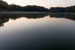 Η λίμνη στο πάρκο Dawn από τη λίμνη Στοκ Φωτογραφίες