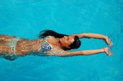 η λίμνη χαλαρώνει την κολύμ&bet Στοκ Εικόνες