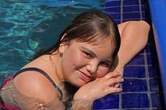 η λίμνη 12 κοριτσιών χαμογελά τις νεολαίες Στοκ Φωτογραφίες