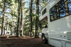 Η λίμνη Algonquin Campground δύο ποταμών του εθνικού όμορφου φυσικού δασικού τοπίου Καναδάς πάρκων στάθμευσε το αυτοκίνητο τροχόσ Στοκ φωτογραφία με δικαίωμα ελεύθερης χρήσης