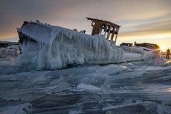Η λίμνη Baikal στο ηλιοβασίλεμα, όλα καλύπτεται με τον πάγο και το χιόνι, στοκ φωτογραφία με δικαίωμα ελεύθερης χρήσης