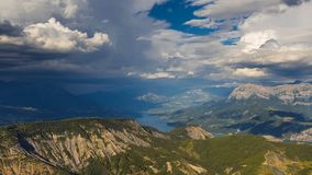 Η λίμνη serre-Poncon, η savines-LE-λάκκα και η μεγάλη αιχμή Morgon με τη διάβαση καλύπτουν το καλοκαίρι Hautes Alpes, Άλπεις, Γαλ απόθεμα βίντεο