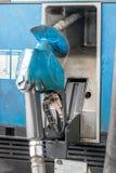 Η λαβή του πιστολιού από την αντλία καυσίμων στοκ εικόνα