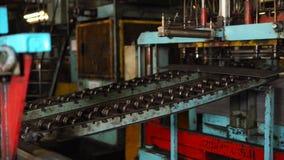 Η λαιμητόμος κόβει το κομμάτι του μετάλλου στο μεταφορέα φιλμ μικρού μήκους