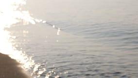 Η λαμπιρίζοντας παραλία επιφάνειας θάλασσας, αφαιρεί το μουτζουρωμένο υπόβαθρο στην παραλία απόθεμα βίντεο