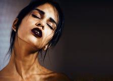 Η λατινική νέα γυναίκα ομορφιάς στην κατάθλιψη, απόγνωση κοιτάζει στοκ φωτογραφίες με δικαίωμα ελεύθερης χρήσης