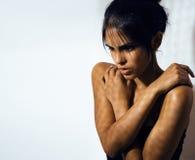 Η λατινική νέα γυναίκα ομορφιάς στην κατάθλιψη, απόγνωση κοιτάζει, fashi στοκ εικόνες