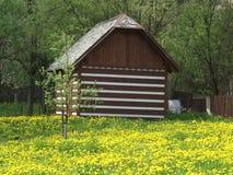 Η λαϊκή αρχιτεκτονική στα βουνά πέρα από τα γιγαντιαία βουνά Στοκ φωτογραφία με δικαίωμα ελεύθερης χρήσης