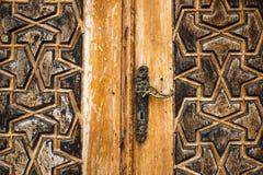 Η λεπτομέρεια μιας πόρτας με τις αραβικές γλυπτικές διακοσμήσεων στο παλάτι Beit Bachir Chahabi εμίρηδων ed-δειπνεί στο υποστήριγ Στοκ Εικόνα