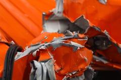 Η λεπτομέρεια του χαλασμένου chasis αυτοκινήτων μετά από το επικίνδυνο τροχαίο ατύχημα με σχισμένος και το μέταλλο στοκ εικόνες