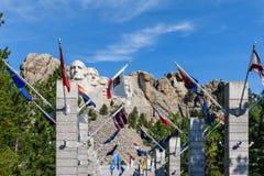 Η λεωφόρος των σημαιών στο εθνικό μνημείο Rushmore υποστηριγμάτων, ΗΠΑ Ηλιόλουστη ημέρα, μπλε ουρανός Στοκ Εικόνα
