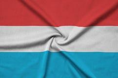 Η λουξεμβούργια σημαία απεικονίζεται σε ένα ύφασμα αθλητικών υφασμάτων με πολλές πτυχές Έμβλημα αθλητικών ομάδων στοκ φωτογραφία με δικαίωμα ελεύθερης χρήσης