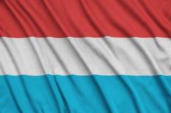 Η λουξεμβούργια σημαία απεικονίζεται σε ένα ύφασμα αθλητικών υφασμάτων με πολλές πτυχές Έμβλημα αθλητικών ομάδων στοκ εικόνες με δικαίωμα ελεύθερης χρήσης
