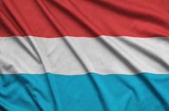 Η λουξεμβούργια σημαία απεικονίζεται σε ένα ύφασμα αθλητικών υφασμάτων με πολλές πτυχές Έμβλημα αθλητικών ομάδων στοκ φωτογραφίες